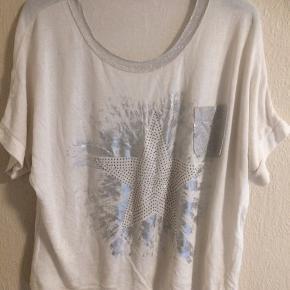 Råhvid bluse i let strik med sølv Brystmålet er 2 x 72 cm Længde 65 cm