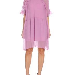 Flot blålilla kjole fra Custommade. Brugt meget få gange. Np: 1200kr Underkjolen der medfølger er klippet af selve kjolen så den er lettere at få på✌🏻  Billeder af den lyserøde version så man kan se hvordan den sidder på.