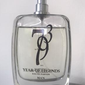 Beskrivelse 793 Year of Legends er en elegant og maskulin duft, der vil føre dig tilbage til vikingernes vilde livsstil og den frie natur.  Duften har topnoter af citrus, bark og friske urter, mens kroppen udvikler sig med noter læder, nellike og fyr.  En duft til mænd i alle aldre, som vægter det naturlige og sensuelt og beroligende.  100ml  Nypris 410,-  Sendes på købers regning med dao