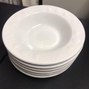 Stel sæt med 6 skåle, 18 middagstallerkener og 22 frokosttallerkener. Der er skår på nogen at tallerkenerne, men de er stadig meget brugbare. Sælges samlet. Modtager gerne bud. Køber henter selv