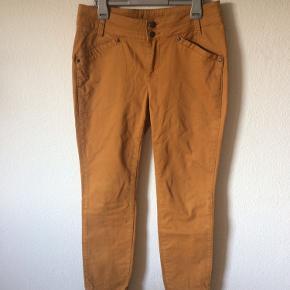 Noa Noa - jeans Str. 31 Næsten som ny Farve: brændt karry gul Lavet af: 98% cotton og 2% elasthane Mål: Livvidde: fra 82 cm til 88 cm hele vejen rundt Længde: Ydre: 100 cm Indre: 73 cm Køber betaler Porto!  >ER ÅBEN FOR BUD<  •Se også mine andre annoncer•  BYTTER IKKE!