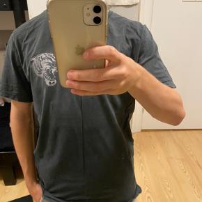 Just junkies t-shirt med lille tiger  Brugt højst 5 gange  Stor i størrelsen (ca. en normal str. M)  Mørkegrå