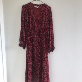 Rød sort leopard mønstret kjole med elastik i taljen
