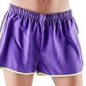 Varetype: Shorts NYE Størrelse: L Farve: Lilla Oprindelig købspris: 250 kr.   Lækre shorts, fået i gave. Men har alt for meget tøj.  Str L.