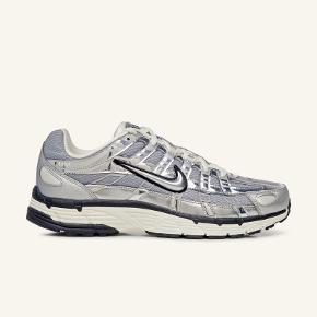 Skoen er en vildt lækker sneaker i farverne sølv hvid og grå i str 45. Skoen er næsten ikke brugt, nok ikke mere end i 2 timer. Skoen bliver soldt da jeg ikke kunne bruge dem. Boksen kommer med, prisen kan måske forhandles ned.