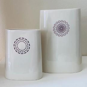 Hay Black af Anne Black Lille vase 16 cm* 11 cm (Ny pris 400 kr.) Stor vase 23 cm * 17 cm (Ny pris 600 kr.)  Begge vaser samlet 350 kr.