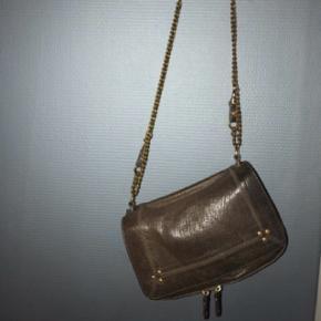 Overvejer at sælge min taske fra jerome dreyfuss. Den sælges kun ved det rette bud. Brun med guld hardware