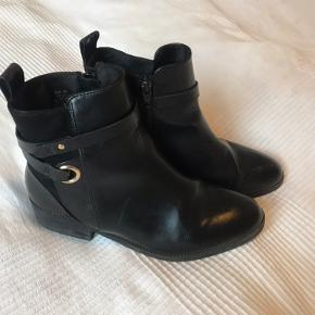 Støvler fra H&M, sælges udelukkende da jeg har fået nye støvler. :-)  Obs mine er med guld spænde