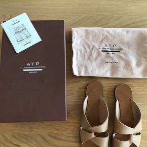 Så fine smukke sandaler i blød læder.  Brugt en gang ses overhovedet ikke på læder eller forside. Kun undersiden.  Kommer med boks pose samt ATP papir