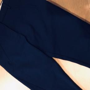 Lækre bukser. I klar mørkeblå. Str 26. Model:Angelie