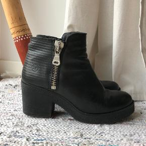 """Sælger disse fine støvler/støvletter, der har en lynlås på indersiden af foden, og en lynlås til """"pynt"""" på ydersiden. De er brugt en sæson og har derfor slid på indersiden, under sålen og den ene har en lille syning der er løs bagved (meget lille, så det er ikke noget man lægger mærke til - se billede i kommentar)"""