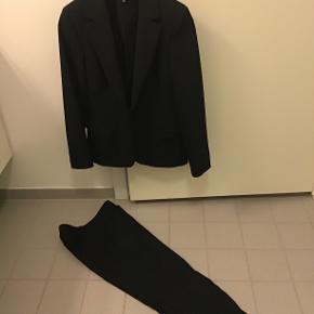 Blazer og bukse sæt, bukser str.34-jakke str.36, kun brugt ganske kort, sidder så pænt😉 Sælges samlet for 400,- ellers 250,- for blazer og 200,- for buks..
