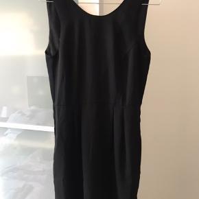 Fin kjole fra Mads Nørgaard med dyb ryg.