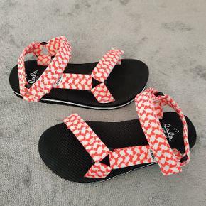Lala Berlin Alanis sandaler i str. 39 sælges.  De er som nye.  Pris: 200 kroner (nypris: 370 kroner)  Kan hentes i Kolding eller sendes på købers regning.
