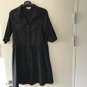 Denne super fine kjole er kun brugt en gang. Størrelsen er en xs men kan også passes af en Small da jeg selv er det!