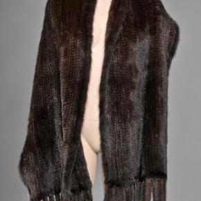 Mørkebrunt strikket mink tørklæde.   Brugt få gange, derfor som ny.  Mål: 40x180cm