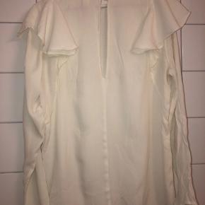 Bluse fra H&M, hvid med flæser  📦kan sendes mod betaling  💰betaling kontant eller MobilePay