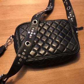 Meget fin crossover taske, brugt max 3 gange, ingen brugstegn Højde: 18 cm Længde: 26 Justerbar rem