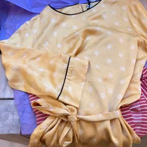 Smuk bluse fra Second female.   Har  bindebånd i livet, men falder også rigtig fin uden brug af bånd.   Str M og er størrelsessvarende  Er brugt en enkelt gang og fremstår som ny.   Np var 600kr Er åben for seriøse bud 😊