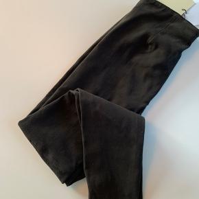 Bemærk: Mærket er Butterfly Copenhagen! Lækre  ruskinds leggins/bukser. Masser af Stretch. Mokka farvede (Cacao) - lynlås i siden. Aldrig brugt - nye med tags. Kan bruges af str.40-42 Livvidde liggende mål:  37 cm x 2 ( + 10 cm mere)