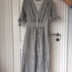 Sød midi sommerkjole fra Chiquelle (ikke Zara) med striber i grå / hvid.