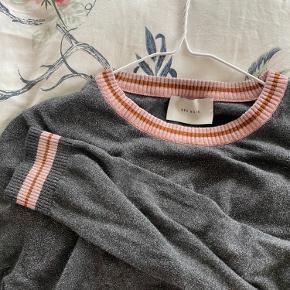 Glimmer trøje fra Neo Noir. Passer en S:)