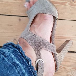Superlækker sandal med plateau.  Brugt 2 gange. Helst handel via MobilePay 👍