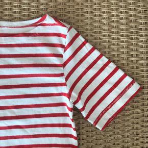Stribet kjole i rød og hvid. Fin bådhals. 100% bomuld. Str. XS. Kjolen er kort, men kan også brukes over bukser.   Kan avhentes på Trøjborg i Aarhus. Rabat gives ved flere kjøp.