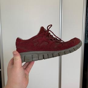 Nike free run 2 Super god sko, som stadig har mange kilometer tilbage i sig Det eneste der er med den, er snørebåndet på den ene er begyndt at travle list op Mp: 300