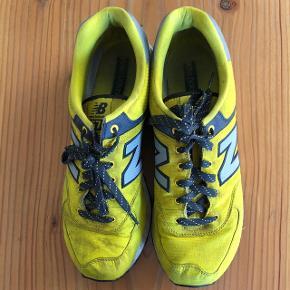 New Balance sneakers str. 44,5. Skoene er en smule beskidte men faktisk ikke særlig slidte.