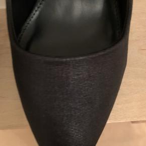Helt nye EVEN & ODD stiletter  De er lidt riflede i overfladen  smuk sko  Sælges kun fordi de er lidt for høje til mig 10,5 hælhøjde  Str 37