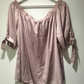 Smuk bluse fra H&M str. 44. Brugt få gange. • nypris 199.