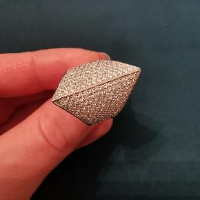 Smuk ring fra Sif Jacobs.  Sterling sølv med hvide zirkonia. Aldrig brugt og er derfor i perfekt stand. Str. 56. Virker dog større pga. Formen på ringen. Kan sendes med gls uden omdeling til 39 kr. Ny pris : 1799 kr. Sælges for 500 kr.