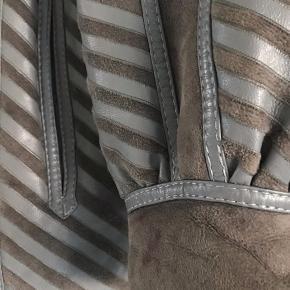 vintage læderjakke med sildebensmønster og varmt for, som jeg ikke får brugt. I smuk gråblå farve. Nok str. 40-42.  400kr  #læderjakke #vintagejakke #sildebensmønster #læderjakke #vintagefrakke #vintagelæder