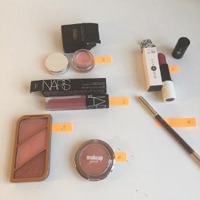 """Her sælges make-up som kun er brugt en smule, dvs som nyt.  Priser: 25 kr pr stk, eller køb alle 6 produkter samlet for 100 kr (plus porto med DAO). Priserne er faste og jeg handler kun via ts handel.   Check selv produkter og farver på nettet!  1) Laritzy highlighter i farven """"Fine"""" 2) **SOLGT** Nars velvet lip glide i farven """"Roseland"""" 3) lily lolo læbestift i farven """"parisian pink"""" 4) Clarins eyebrow pencil i farven """"02 light Brown"""" 5) rimmel blush med 3 toner af rose gold 6) makeup geek blush i farve """"infatuation"""""""