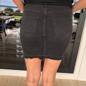 Pieces nederdel i sort/mørkt denim. Den har et slidt look, men er ikke brugt ret meget. Nypris var 400kr.