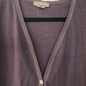 Lækker cardigan fra Rosemunde i 100% uld. Har et meget lille hul i nakken (se billede), ellers i rigtig fin stand og brugt meget lidt. Str. hedder str. 2, vil mene den svarrer til str. L/XL .