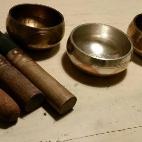 Nedsat pga afvikling 3 retro ældre bedeskåle eller syngeskåle i tibetansk sølv og messing/bronze som  giver 3 forskellige rene toner med rigtig gode stik stick fra asiatisk samling. Kan købes enkeltvis fra 350 kr pr stk til 575 kr kontakt mig venligst på 40139938. Eller køb alle for 1135 kr.