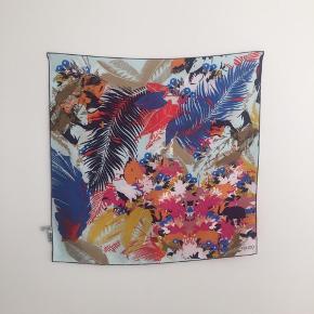 Smukkeste silketørklæde fra Kenzo. 67 x 67. Perfekt til foråret. Brugt én gang.  Bud er velkomne gennem Trendsales' budsystem. Tryk 'køb nu' og derefter 'afgiv bud' 👌🏻🌸
