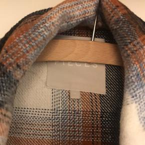 Ternet kort skjortejakke fra Pieces. Brugt to gange. Befinder sig i Randers.