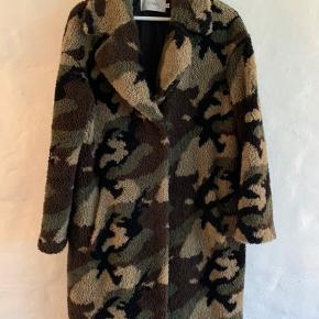Blød og lækker efterårs/vinter jakke som kun er brugt 1/2 sæson. Ingen skader og min. slid. Nypris: 2400kr