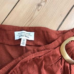 Flot nederdel fra & Other Stories i rust/brændt orange farve. Der er lynlås i siden.   Str. 38  Brugt få gange.