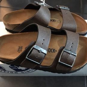 Klassisk Birkenstock sandal i mochabrun i Birko flor.  Kan justeres med spænde. Sidder utrolig godt på foden og er meget behagelig at gå i pga. Birkenstocks unikke fleksible korksål.  PASSER TIL EN smal/normal fod Str. 35: 22,5 cm  450,- pp 37,- m forsikret fragt via Dao 497,-