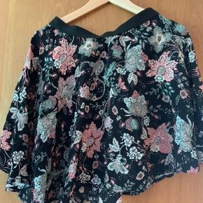 Sød blomstret nederdel m elastik og sving