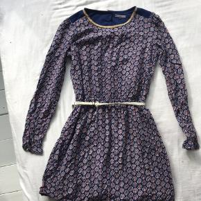 """""""børn og Tweens"""" Sælger min MEGA pæne Tommy Hilfiger kjole da jeg desværre ikke kan passe den mere. Str 152, kun brugt få gange :-) Der er knapper ved tommelfingerne så man kan putte sin tommelfinger ind i. Np: ?  Mp: 250 inkl fragt"""