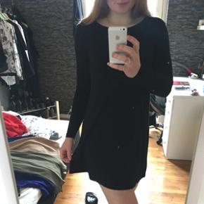 Sød kjole fra gina tricot, str. S, går lidt ned i ryggen som ses på sidste billede, god til både fest og hverdag 🎉