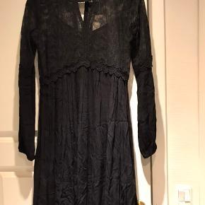 Flot og feminin kjole med blonder. Helt ny og stadig med prismærke. Nyprisen var 499,95.