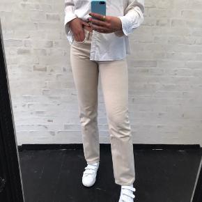 Sælger disse jeans fra arket. De er brugt en del hvilket ses på bukserne, dog er det mindre fejl og de har masser af liv tilbage i sig. Jeg har vedhæftet billeder af fejlene i kommentarfeltet