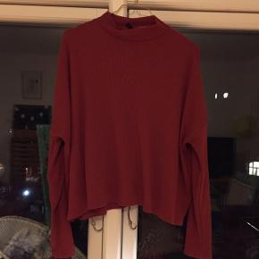 Super behagelig orange/brun trøje med lav hals! Man kan bedst se farven og materialet på billede nr. 2  Kan afhentes i Århus!