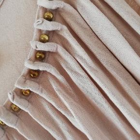 Sød rosa top med guld perler ved brystet. Elastisk i stoffet, kan passes af xs-m.  Tager ikke billede af tøjet på. 🌺